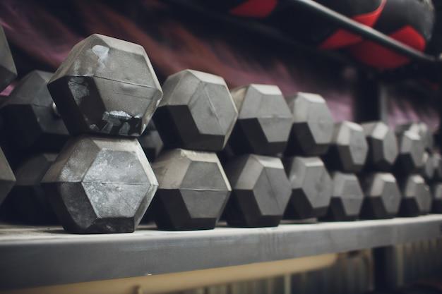 Équipement de musculation gym et haltère sur le sport, vie saine et équipements d'exercice de gym et concept sportif, espace copie.