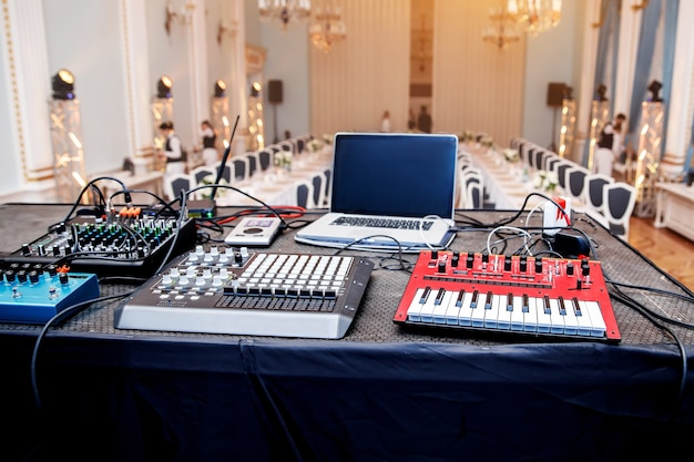 Équipement musical pour la performance lors de l'événement.