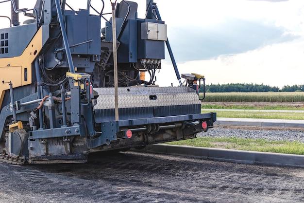 Équipement de pavage d'asphalte. gros plan professionnel de finisseur d'asphalte.