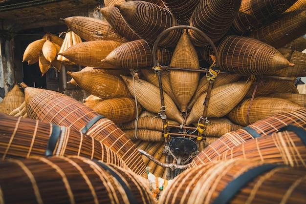 Équipement de piège à poisson pour les pêcheurs fabriqués à partir du village de thu sy, au vietnam.