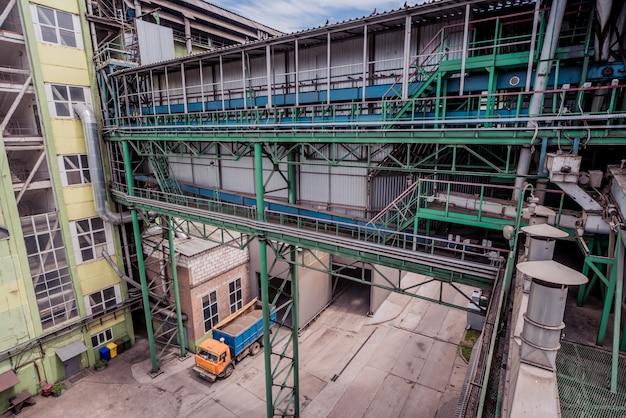 Équipement et pipeline dans une raffinerie de pétrole.