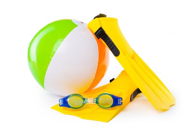 Équipement de plongée, lunettes de plongée, tuba et palmes sur fond blanc.