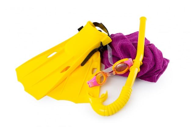 Équipement de plongée: lunettes de protection, tuba et palmes sur blanc.