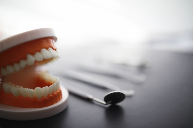 Équipement pour le cabinet dentaire. instruments orthopédiques. technicien dentaire avec des outils de travail. outils en métal de dentiste.