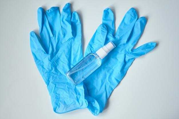 Équipement de protection contre les coronavirus gants médicaux et antiseptiques.