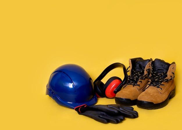 Équipement de protection individuelle de construction sur fond jaune