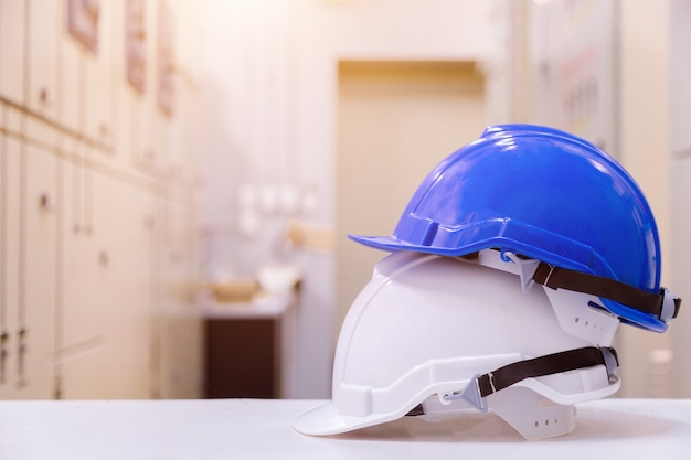 Équipement de sécurité de construction standard dans la salle de commande, concept de construction et de sécurité.