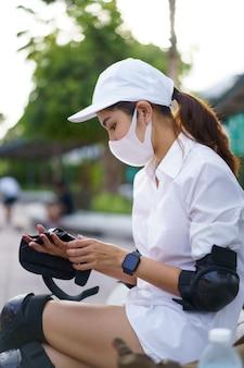 Équipement de sécurité et protections pour skateboard. homme asiatique avec des planches de surf ou du skate de surf autour de l'arrière-plan des rues de la ville un jour d'été. style de vie relaxant gratuit et concept de tendance millénaire
