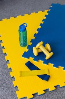 Équipement de sport jaune et bleu