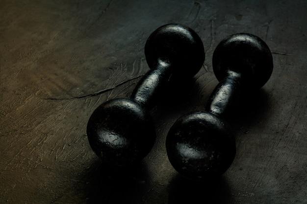 Équipement de sport varié isolé sur fond de studio noir