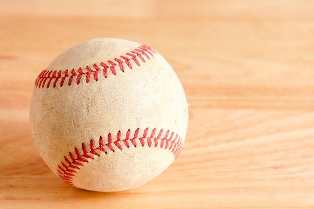 Équipement de sport vieux baseball sur fond de bois