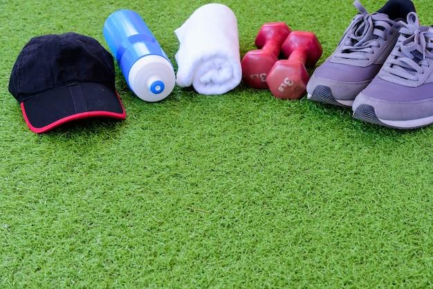 Équipement sportif sur fond d'herbe verte. exercice pour concept sain.