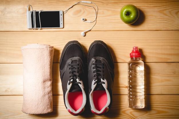 Équipement sportif sur le plancher en bois. vue de dessus