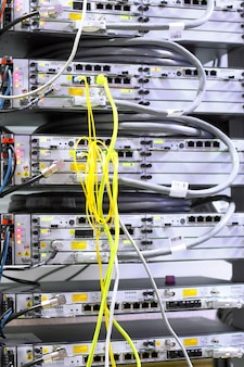 Équipement de télécommunication des câbles réseau dans un centre de données d'opérateur mobile.