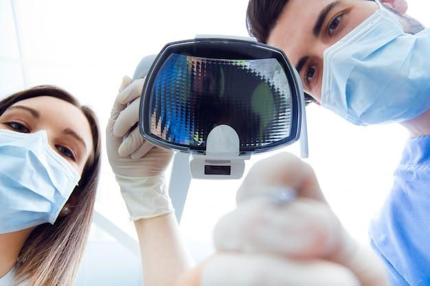 Équipement de travail de médecine médicale heureuse
