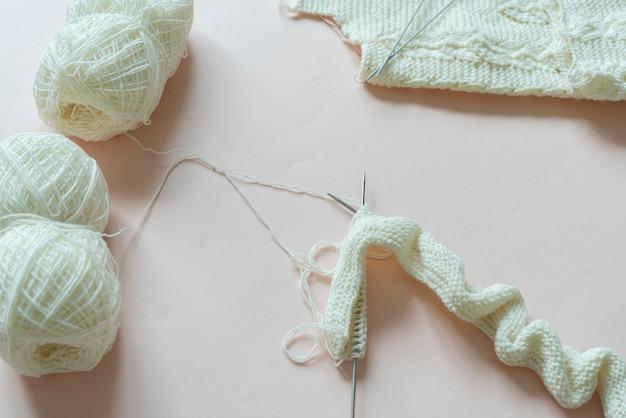 Un équipement de tricot à plat, des vêtements en laine faits à la main