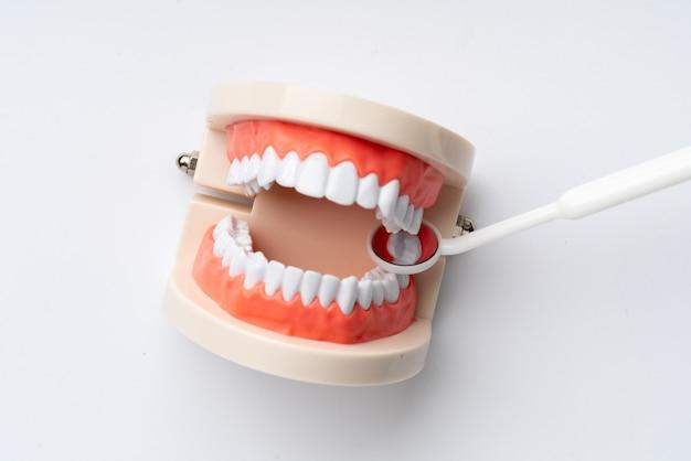 Équipements dentaires de la vue de dessus, appartement posé dans le studio