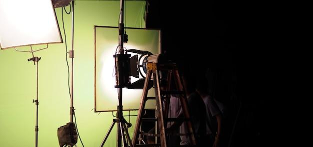 Équipements légers de studio pour la vidéo de film de photo ou de film. jeu de lumières pour prise de vue professionnelle et fond d'écran. projecteur à led et spot pour la production vidéo. la configuration comprend une boîte à lumière pour porte de grange.