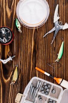 équipements de pêche sur la texture de fond en bois
