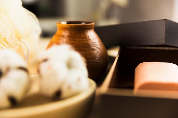 Équipements de spa avec du savon et de la fleur de coton