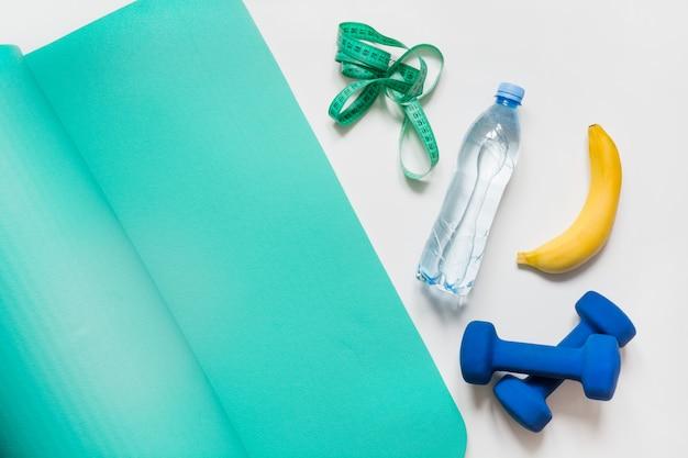 Équipements de sport et de fitness sur blanc.