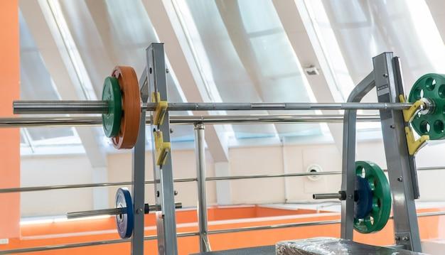 Équipements sportifs et haltères dans la salle de gym