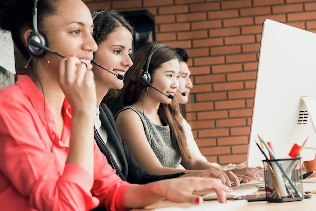 Equipes d'agents de service client de télémarketing centre d'appels international