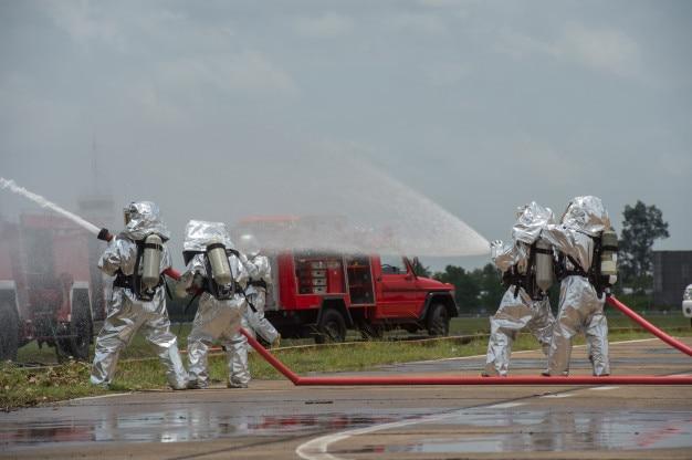 Équipes d'intervention d'urgence équipées d'epi pour les protéger des matières dangereuses