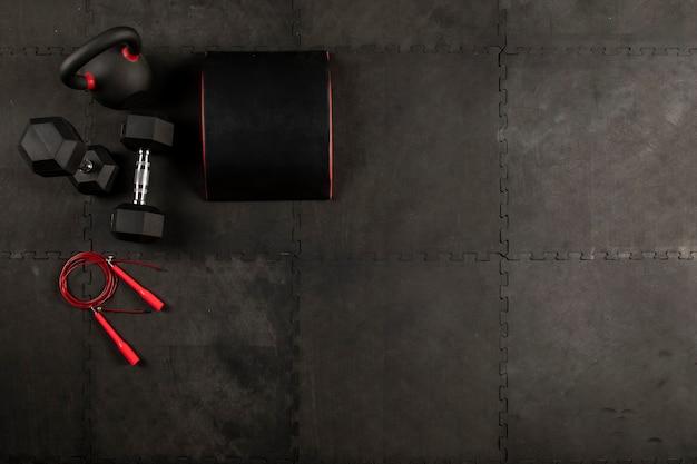 Equipo para hacer ejercicio de crossfit o fitness mancuernas cuerda y pelota médicinal
