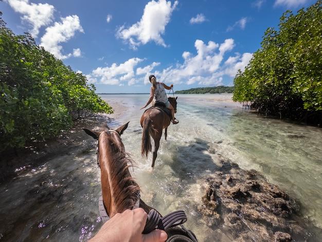 Équitation dans le lagon de l'île de sparte à vanuatu