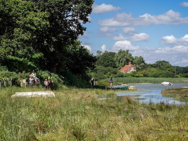 Équitation et promenade du chien au bord de la rivière alde