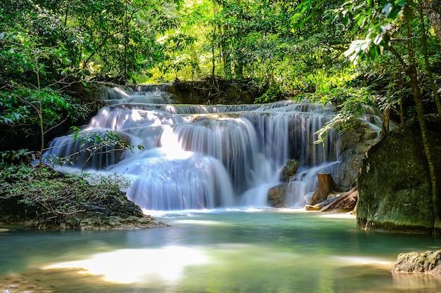 Erawan waterfall floor 1 dans le parc national, thaïlande