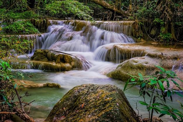 Erawan waterfall floor 5 dans le parc national, thaïlande