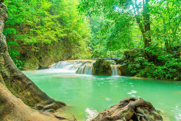 Erawan waterfall, parc national d'erawan à kanchanaburi en thaïlande