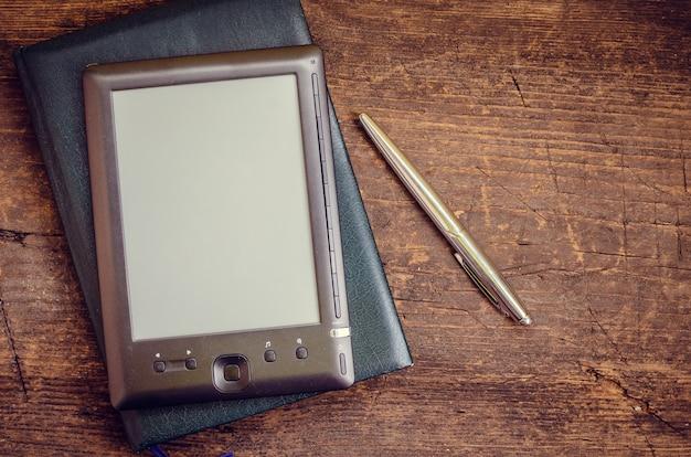 Ereader noir avec carnet et stylo à encre