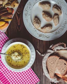 Eri ° zeri national dyushbara et gyurza et un panier avec du pain