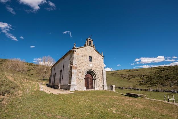 Ermitage dans les montagnes de palencia, castille et leon, en espagne.