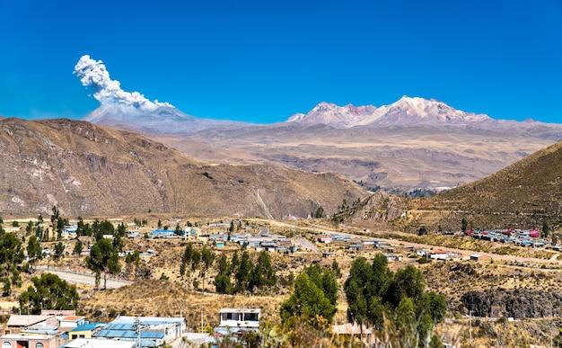 Éruption du volcan sabancaya au-dessus de chivay au pérou