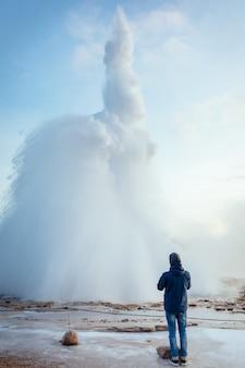 Éruption de stokkur, un geyser de type fontaine en islande en hiver