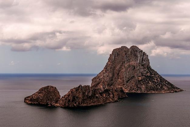Es vedra - ibiza -cala dort, vue paysage par temps nuageux