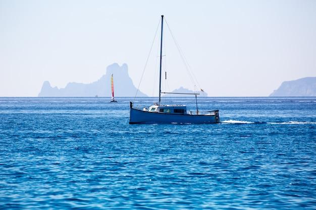 Es vedra ibiza silhouette avec des bateaux vue de formentera