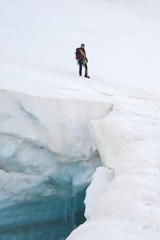 Escalader les grands glaciers des montagnes