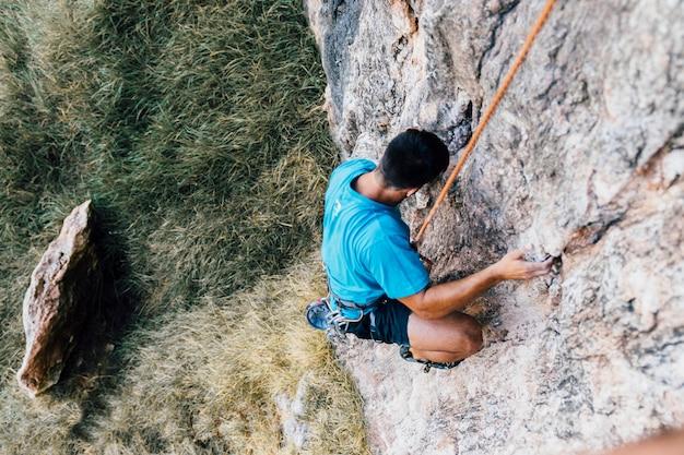 Escaladeur de corde sur le rock