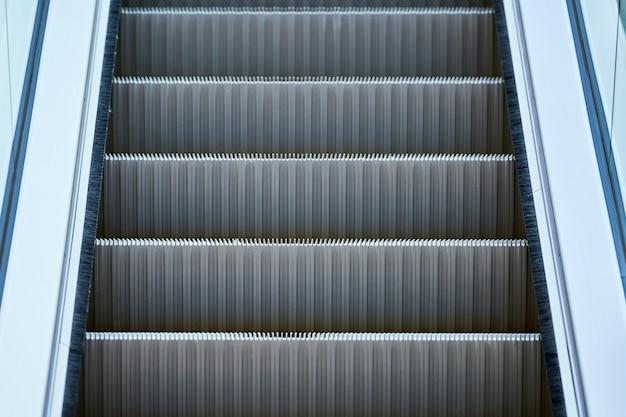 Escalator dans le centre commercial