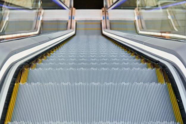 Escalator dans un centre commercial