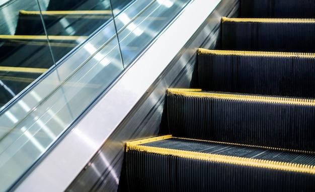 Escalator dans le grand magasin