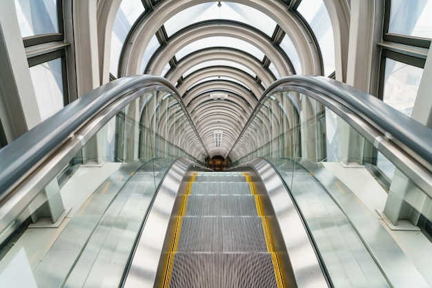 Escalator dans immeuble moderne
