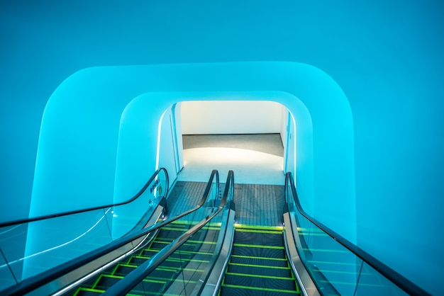 Escalator du centre commercial sous la lumière bleue