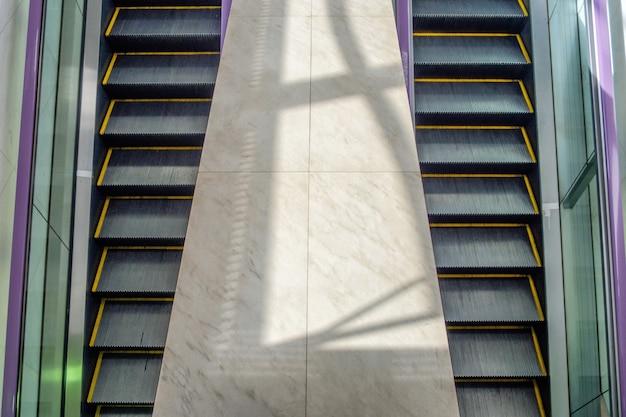 Escalator électrique deux côtés avec haut et bas dans l'aéroport