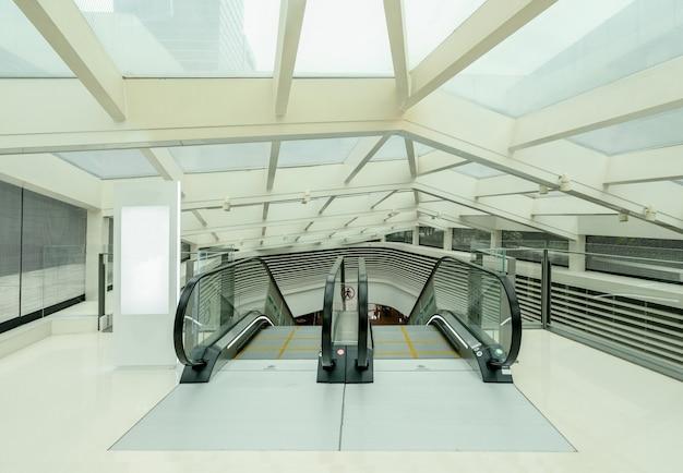 L'escalator est dans le centre commercial